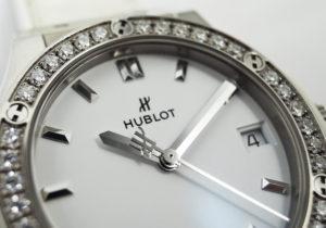 HUBLOT クラシックフュージョン チタニウムホワイトダイヤモンド 581.NE.2010.LR.1204 クォーツ チタン デイト ホワイトラバー ホワイトアリゲーター バックルステンレス 白文字盤 レディース腕時計 保証書 箱 IT6031【委託時計】